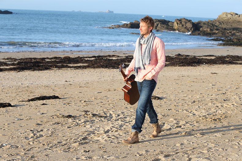 Marche sur la plage et guitare Out of ireland 2018